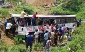 印度南部巴士翻车事故遇难人数升至50人,另有20余人伤