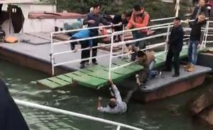 暖聞|萬州一浮橋傾覆致男子落水,被周圍群眾合力救起