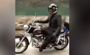 必威体育appios丨男子跷二郎腿脱把骑摩托,转弯时被甩飞手臂大腿摔骨折