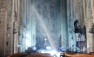 巴黎圣母院大火是否殃及内部艺术品,坍塌尖塔周围铜像早被移