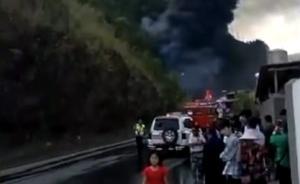 云南普洱一油罐车侧翻自燃引发山火,消防正在扑救