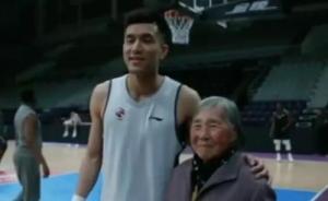 """84岁""""球迷奶奶""""登上央视:我最想亲眼看看郭艾伦"""