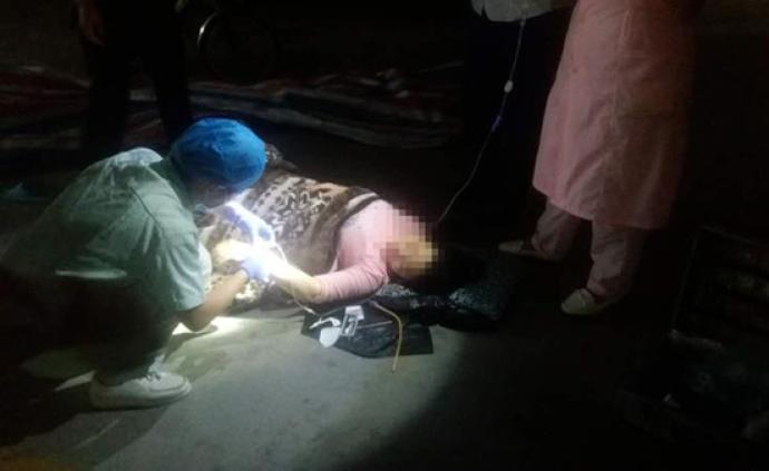 暖聞|佛山一產婦車庫內緊急產子,民警用手電照亮臨時產房
