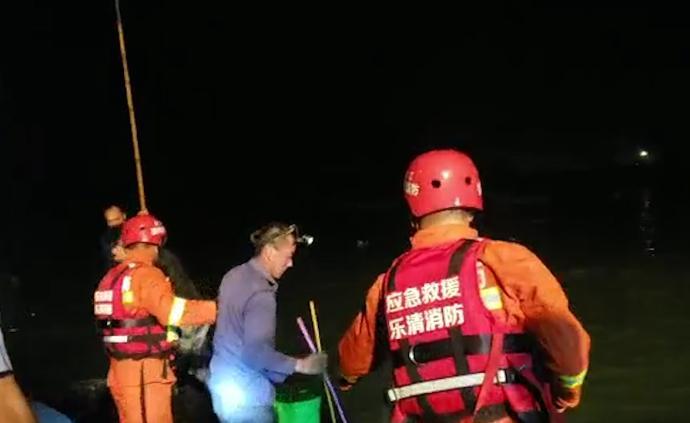 村民捕蟹遇涨潮,河中摇晃手电筒求救