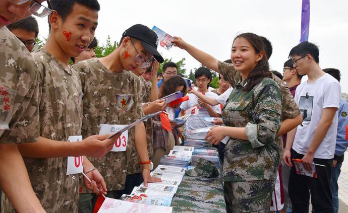 """視頻丨""""點亮青春、逐夢軍營"""",大學生征兵宣傳進上海高校"""