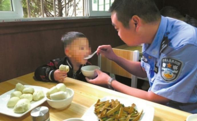 四川三歲男童父母涉案被抓,其父女友將他丟棄在派出所門口