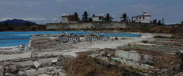 海南三亞一住宅小區被拆除4年,候鳥老人撿廢品留守
