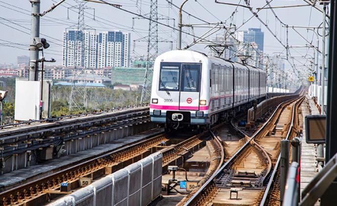 两名女性家长与一女子在上海地铁打架,因对方不给孩子挪位