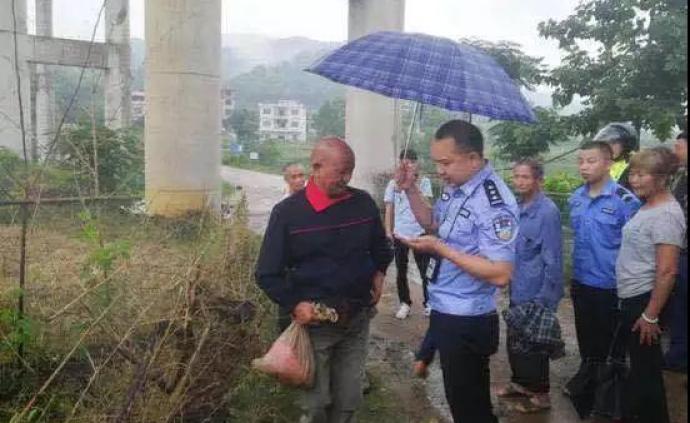 暖聞|老人用麻袋背11萬現金流浪到湖南,熱心民警跟隨保護