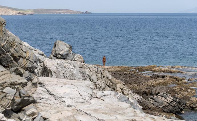 安东尼·葛姆雷在希腊荒岛办展:越过时间,等待与人的相遇