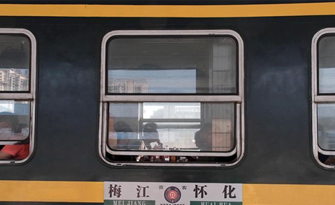 高铁时代的绿皮慢火车:穿行在大山深处,送来外面的精彩