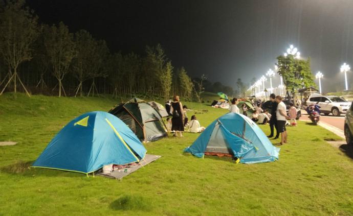 震后長寧︱災民戶外帳篷過夜,還燒烤打牌
