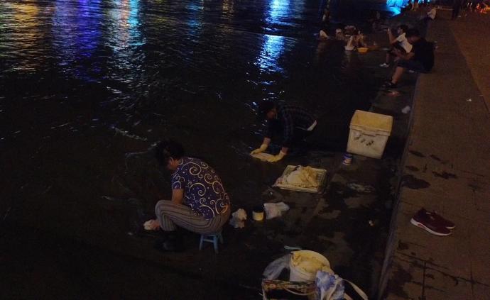 大妈夜晚组团在汉江边洗衣服:省水费