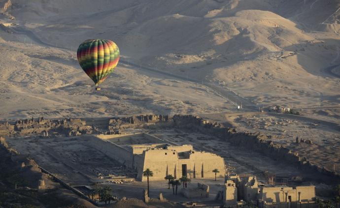 4名中国游客在埃及乘热气球被强风吹到沙漠,平安降落