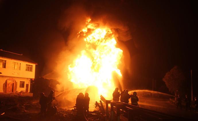 四川广元一辆32吨油罐车侧翻爆炸起火,致1人重伤1人轻伤