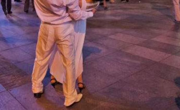 """廣場舞男伴""""變心""""只和別人跳,大媽貼字條誹謗""""對頭""""被拘"""