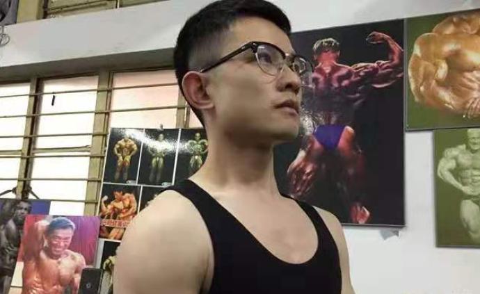 與帕金森戰斗12年!26歲小伙從拄拐少年變身肌肉小哥