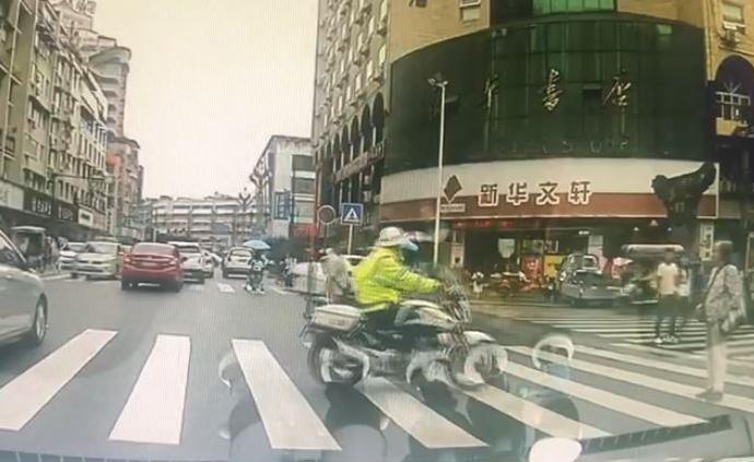 暖闻|四川广汉交警驾警用摩托送老人过马路:有我们在不用怕