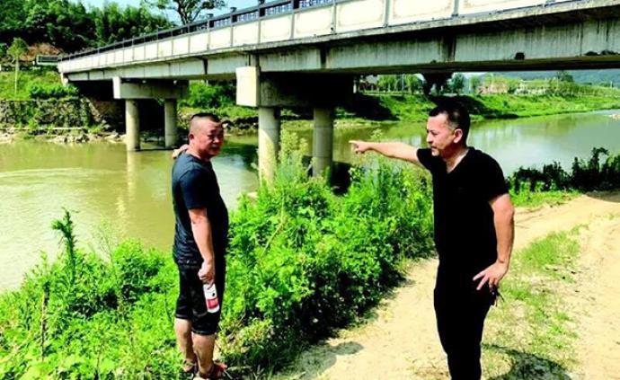 暖闻|长沙一对父子野泳遇险,村主任从12米高桥上跳下救人