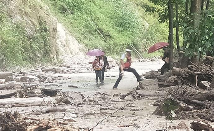 暖闻|一家四口被山洪困住,云南民警独自冲进泥石流路段救出