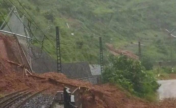 凉山甘洛暴雨引发垮方和泥石流:18公里路段断道数十处