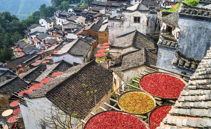 除了油菜花,婺源還有一座被群山環抱建于半山腰的古村落