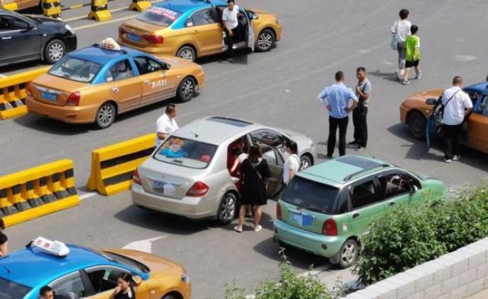 """对哈尔滨北站""""黑车""""失控漏管、查处不力,多人被通报受处"""