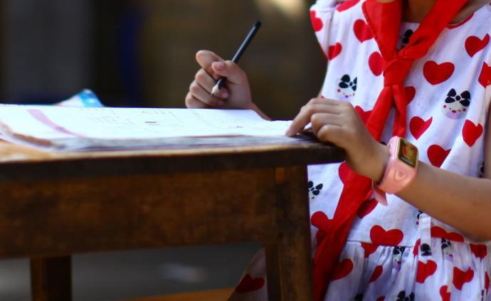 蓝皮书调查显示:中国儿童上学日平均写作业87.85分钟