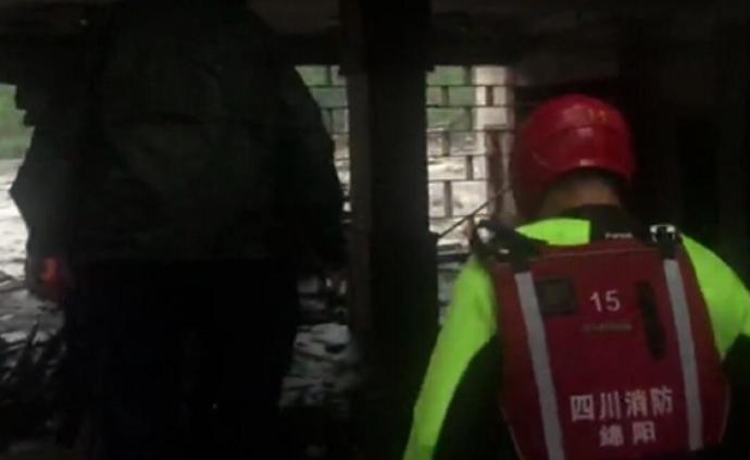 两游客不听劝阻执意回房休息被困,四川汶川消防人员现场救援