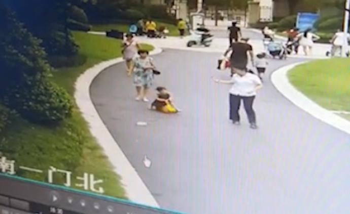 鄭州一小區天降牛奶瓶砸中2歲女童左手,家長將起訴整棟樓