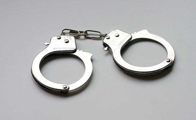 女子违法停车还打民警,北京公安:对其依法刑事拘留
