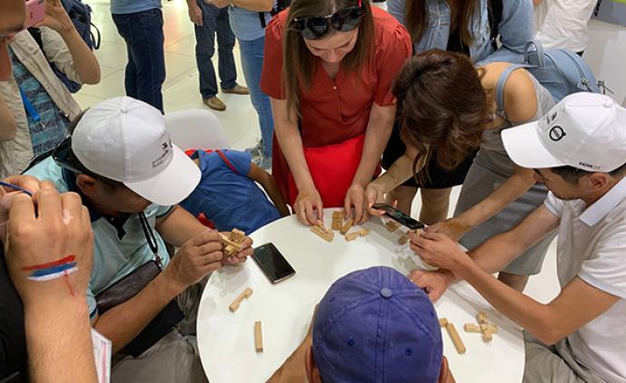 """世界技能大赛中国展区人气旺,外国参观者纷纷挑战""""鲁班锁"""""""