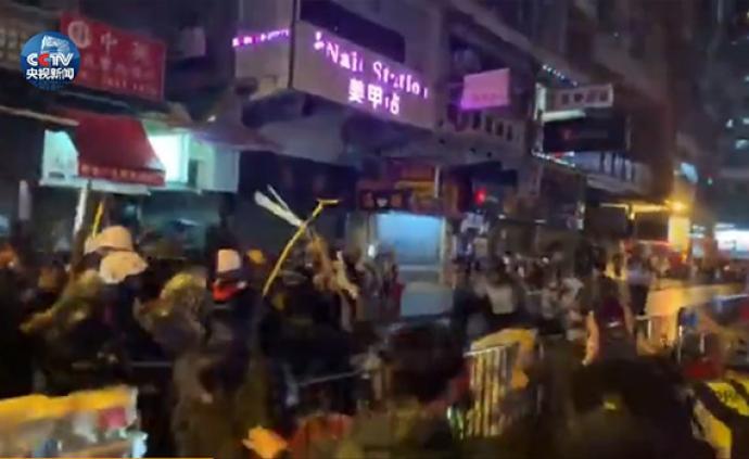 視頻丨香港警察遭圍堵疑似鳴槍示警