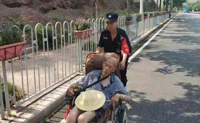 暖聞|九旬老人輪椅側翻摔倒路邊,民警護送其回家獲群眾點贊