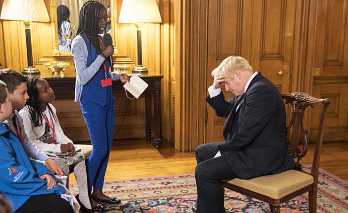 早安·世界|英國首相約翰遜開小記者會,被問得頭疼不已