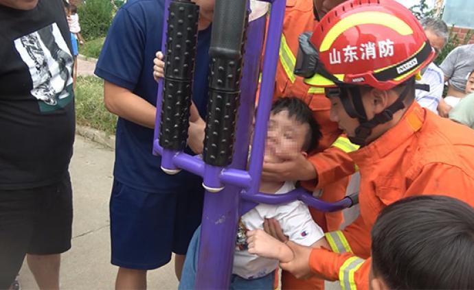 山東臨沂一9歲男童貪玩頭被卡健身器材,消防6分鐘成功救援