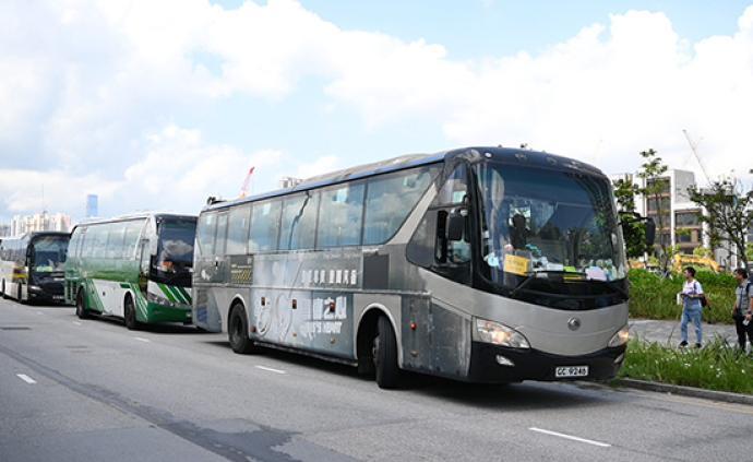 香港60辆旅游巴士慢驶游行发声:即将失业,请社会恢复平静