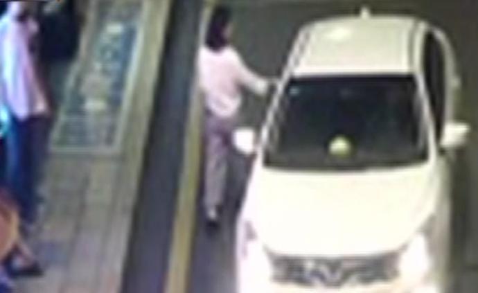 男子打车跟踪女子还买编织袋,的哥报警