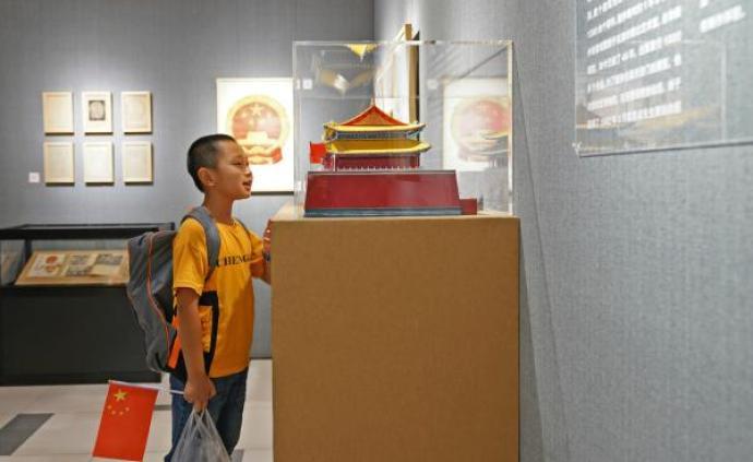 """""""我爱北京天安门""""展开幕:一位位普通市民70年的生活印记"""