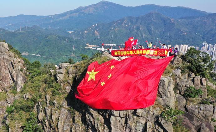 香港青年登狮子山,挂15米宽超大国旗