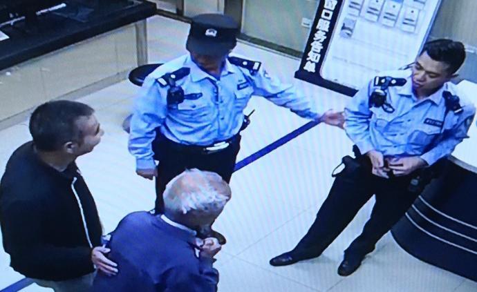 暖闻|95岁老人迷路坚持付1元才坐警车,民警转还老人儿子