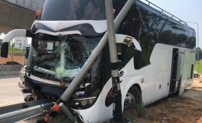 泰國載17名中國游客大巴側翻致7人傷,司機:早知車有問題