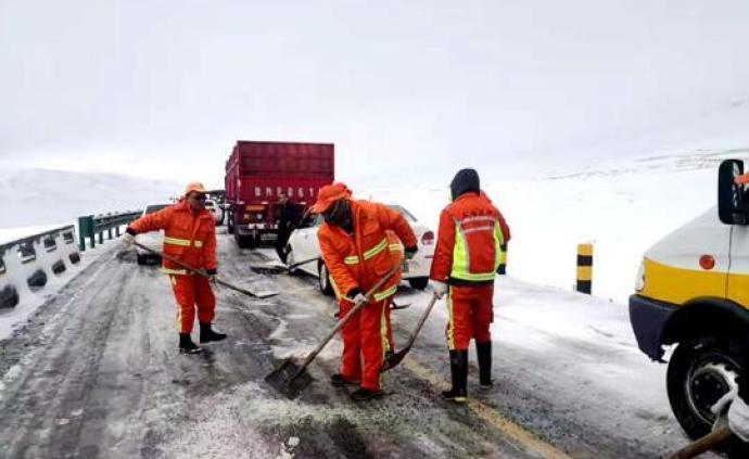 青海海北局地再次降雪致交通受阻,多部門雪夜保通