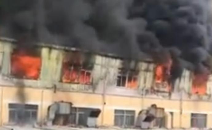 廣東東莞一工廠起火過火面積超千平方米,暫無人員傷亡報告