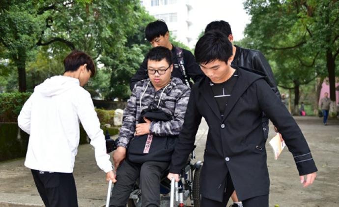 30名男生輪班背殘疾同學上課:大學四年我們都愿意背你