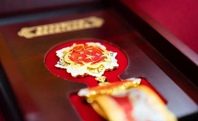 """""""國慶經濟""""引發紅色收藏熱潮,軍媒批網上售賣仿造紀念章"""