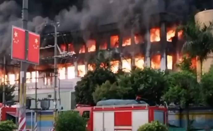 東莞一工廠突發大火暫無傷亡,火勢猛烈貫穿兩層樓