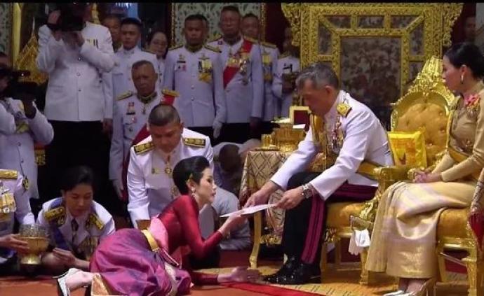 """泰国贵妃""""试图和王后平起平坐"""",泰王撤除其王室头衔"""