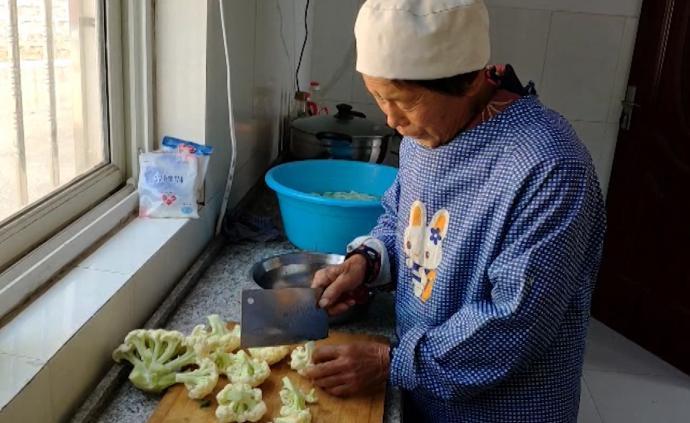 老人义务为偏远小学做饭:没学生就退休