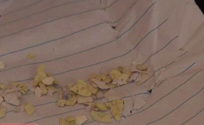 7岁女童被三个男孩往眼睛里塞纸片,一个多月已取出几十片